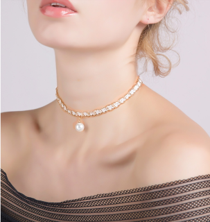 Simple pearl collar