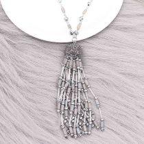 Collier fantaisie long avec pompon et perles fantaisie à la main