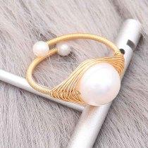 Anillo de perla natural hecho de alambre de cobre envuelto chapado en oro tamaño ajustable