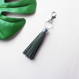 MOQ10 Accessoires de pompon réfléchissants flash Accessoires de sac de porte-clés pompon en cuir PU La longueur totale est de 15 cm