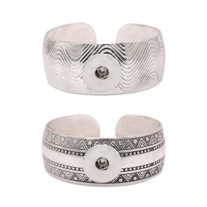 1 botón a presión pulsera plateada que se ajusta a broches de joyería