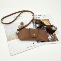16.5 * 7CM Couverture de protection de lunettes en cuir double face PVC à la mode, clip de miroir en cuir portable, sac de lunettes de cou suspendu, housse de protection anti-perte de lunettes