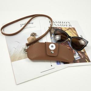 16.5 * 7CM Cubierta protectora de gafas de cuero de doble cara de PVC de moda, clip de espejo de cuero portátil, bolsa de gafas para colgar en el cuello, cubierta protectora de gafas antipérdida que se ajusta a las joyas de sanp con botones a presión de 18 y 20 mm