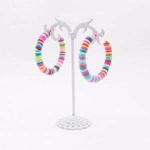 C字型の流行の女性のイヤリング混合色の柔らかい陶器シンプルでエレガントなファッションの女性のイヤリング