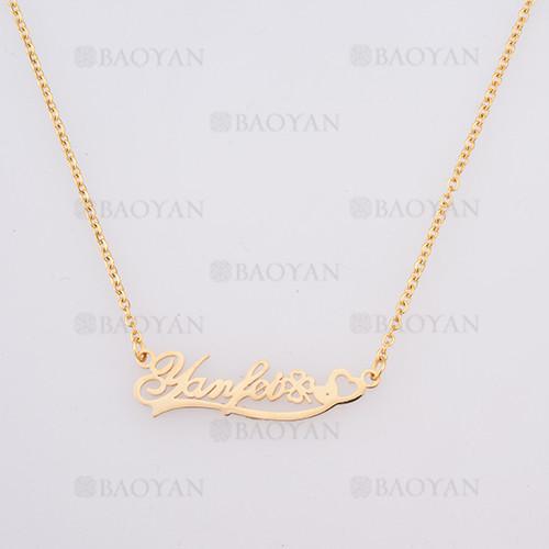 collar con letra  en acero dorado inoxidable - SSNEG384255