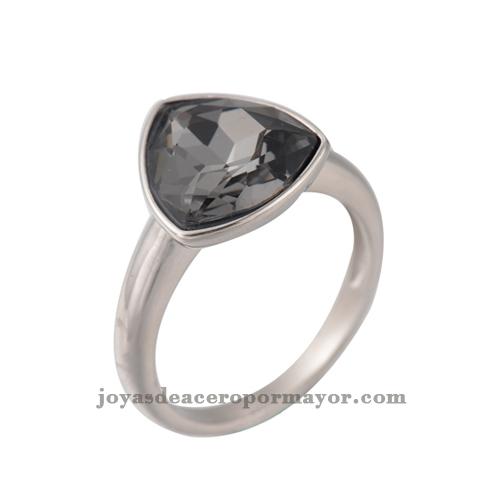 anillos plateado que trae encima un cristal negro