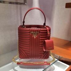 1BA212 Prada female fashion quited two-pieces set open bucket crossbody bag equipped with delicate clamshell coin poncho at shoulder strap