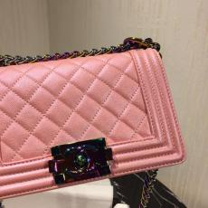 Chanel boy 25 female quilted vintage messenger bag classic flap crossbody bag with stunning varied-color chain strap