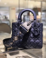 Dior enduring medium lady dior handbag casual quilted lightweight vacation traveling bag with matte embellished dior charm