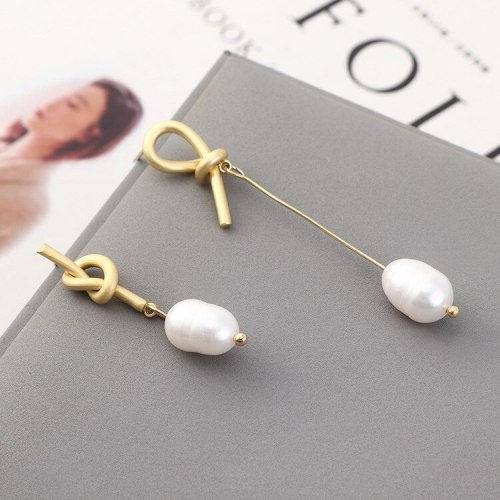 New Anti-Allergy Silver Needle Earrings Women's Creative Fashion Personality Asymmetric Pearl Earrings Pendant 140161