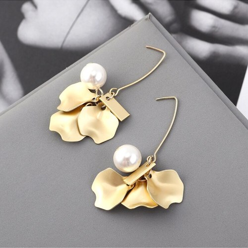 New Korean Fashion All-match Pearl Earrings Female Irregular Lotus Leaf Metal Stud Earrings 140023