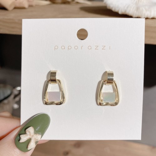High-Grade INS Cold Style Geometric Ear Studs Shell Earrings for Women Sterling Silver Needle Simple and Elegant Earrings