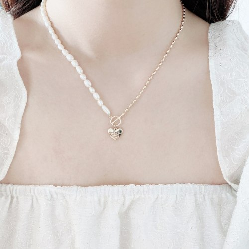 Design Love OT Buckle Clavicle Chain Affordable Luxury Fashion Stitching Freshwater Pearl Necklace Simple Commute Necklace
