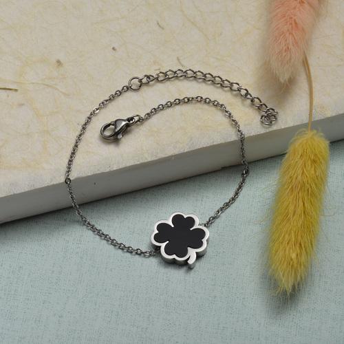 Brazalete de acero inoxidable color acero con colgante de trébol de cuatro hojas negro cuadrado