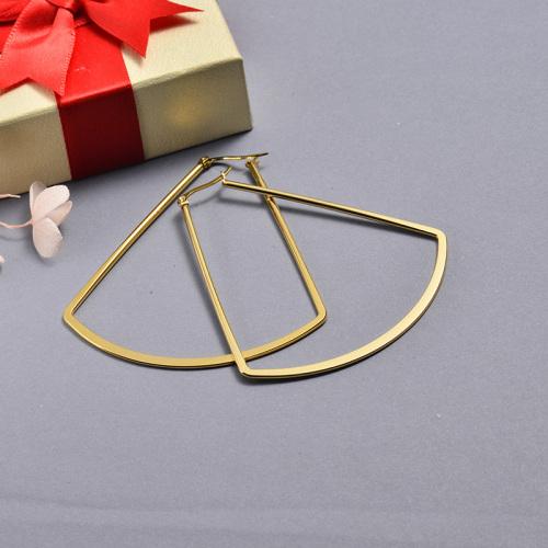 أقراط مطلية بالذهب بتصميم قوس من الفولاذ المقاوم للصدأ
