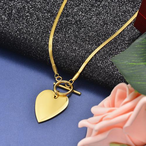 Collar ancho de oro con colgante en forma de corazón