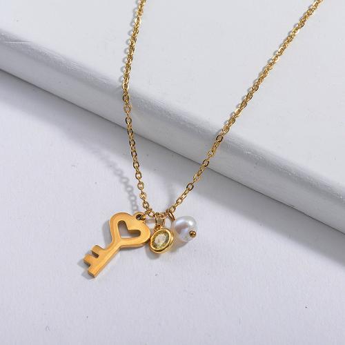 Encantador colgante de llave de oro con collar de perlas y piedras preciosas