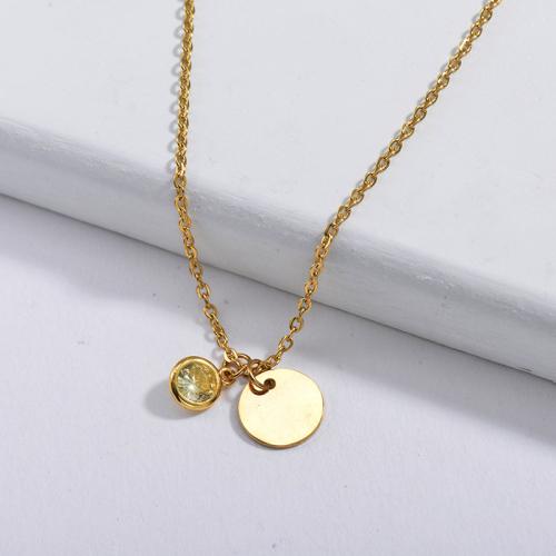 Dije redondo dorado de diseño simple con collar de circonitas amarillas