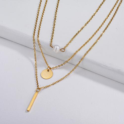 Barra de oro de diseño simple y dije redondo con collar de perlas