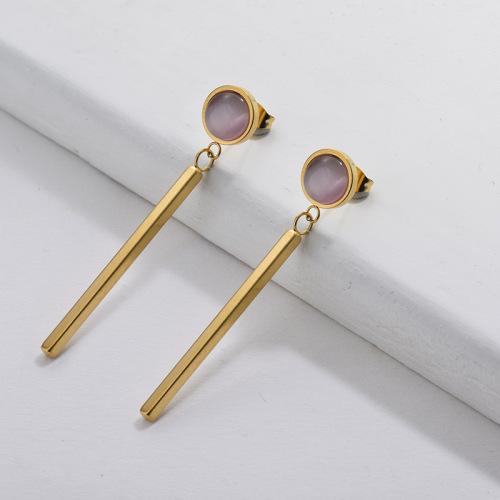 Boucles d'oreilles pendantes en or avec opale rubis