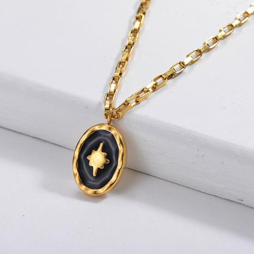 Collar de cadena de eslabones cuadrados con colgante ovalado de estrella de esmalte negro