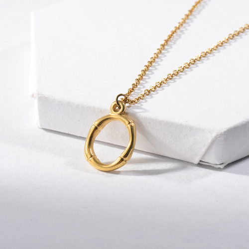 Collar de oro con textura de bambú letra O con nombre inicial