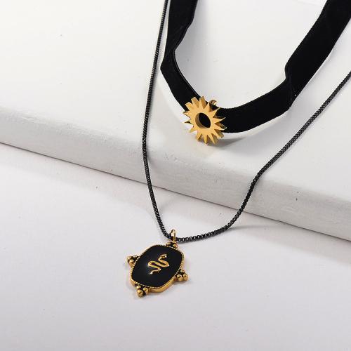 Sol de oro con collar de gargantilla de franela de capa colgante de serpiente de esmalte negro