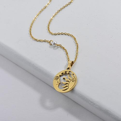 Colgante redondo de oro simple con collar de mujer con patrón de luna y sol