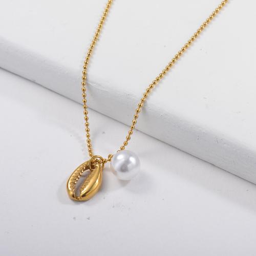 Collar de concha de puka de metal dorado con cadena de perlas