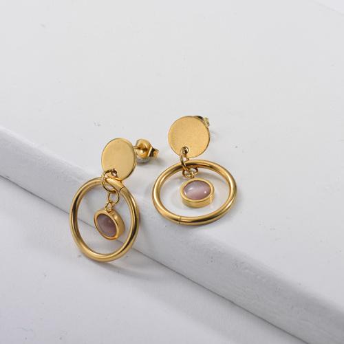 Aretes colgantes chapados en oro con aro dorado y ópalo