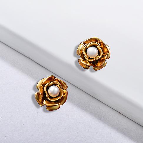 Pendientes de acero inoxidable con diseño floral de joyería chapada en oro
