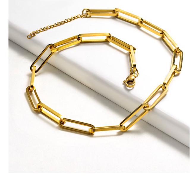 قلادة ذهبية على الموضة بسيطة