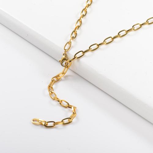 قلادة ذهبية طويلة بأسلوب بسيط