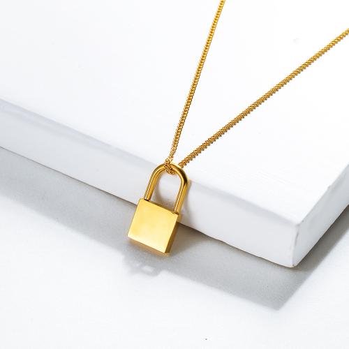 قلادة ذهبية صغيرة بقفل بسيط