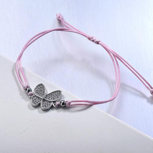 Brazalete de hilo rosa bebé con colgante de racimo de circonitas y mariposas delicadas
