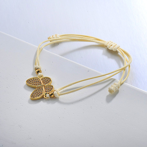 Pulsera de hilo amarillo bebé con colgante de racimo de circonitas y mariposas delicadas