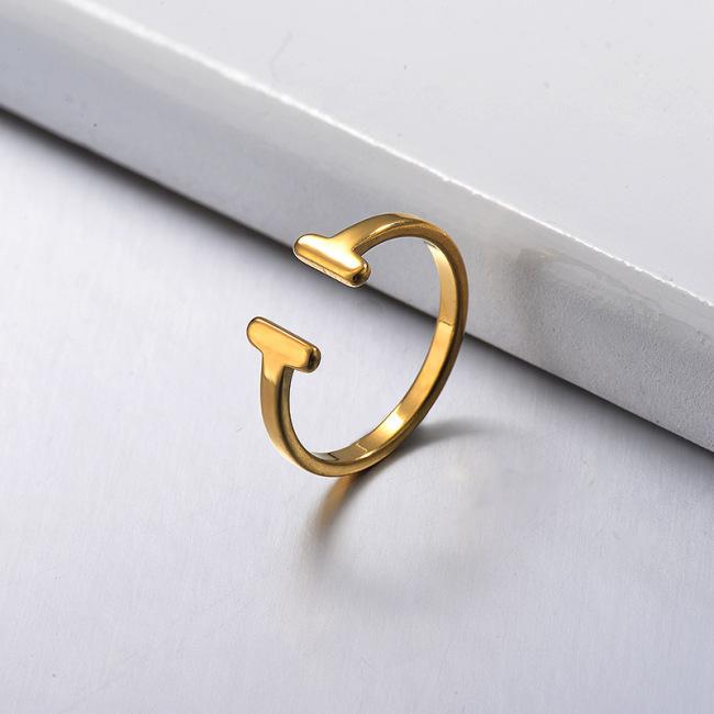 Anillo T minimalista chapado en oro