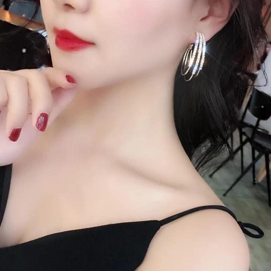Hoop earrings with shiny diamonds, a pair
