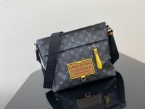 1:1 original leather Louis Vuitton messenger bag men bag M45214 00233 top quality