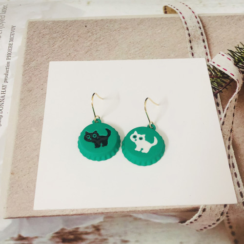 Green Bottle Cap of Asymmetrical Style Cat Drop Earrings 2006127