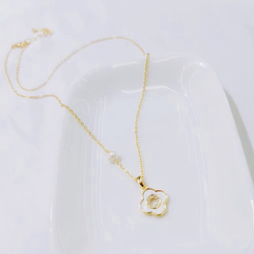 Clovers of Freshwater Pearl and Shell Elegant Style Necklace PR2012005