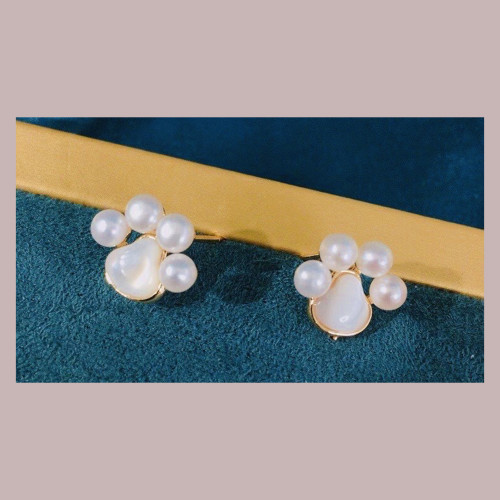 Cat's Paw of Freshwater Pearl and Shell Elegant Style Stud Earrings PR2012002