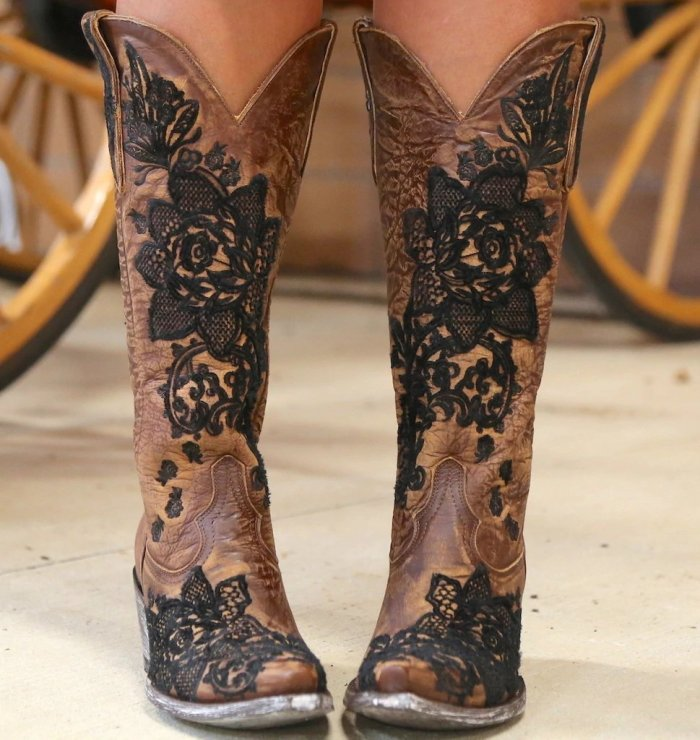 Pointed Toe Floral Slip-On Thread Western Boots