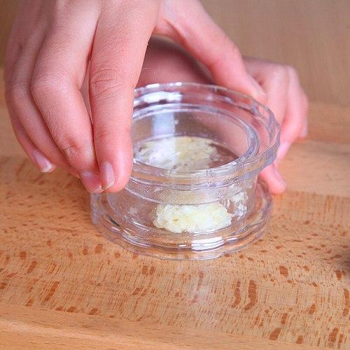 Multi-Usage Plastic Garlic Press Peeler Crusher Masher Twist Cookice Useful Tool Garlic Presses Garlic Crusher Kitchen Accessori