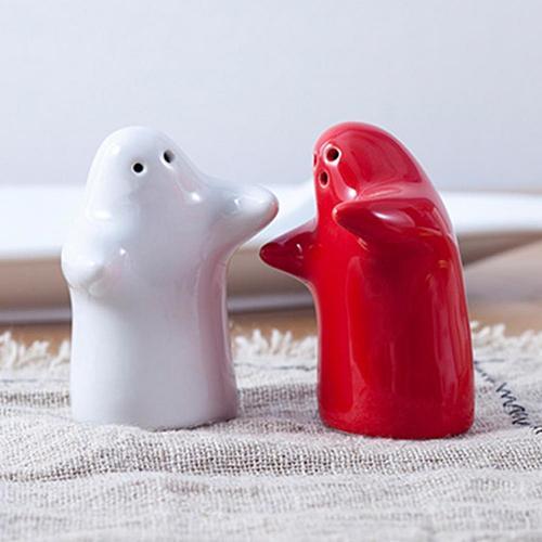 Kitchen 2-piece Salt Shaker Creative Ceramic Hug The Villain Seasoning Jar Pepper Container Bottle