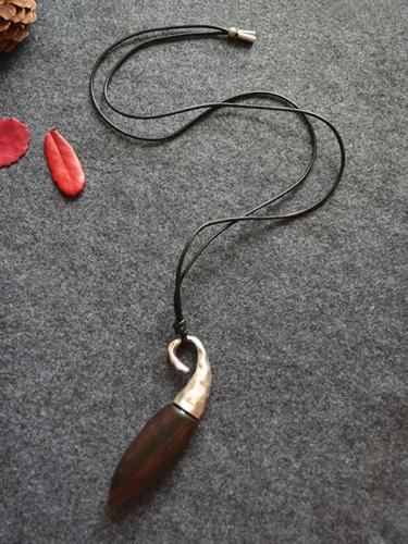 Cropped Fashion Black Wood Necklace