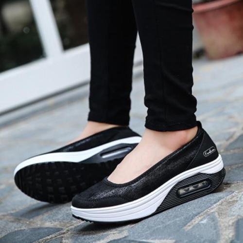 Women  Medium  Round-Toe Sneakers