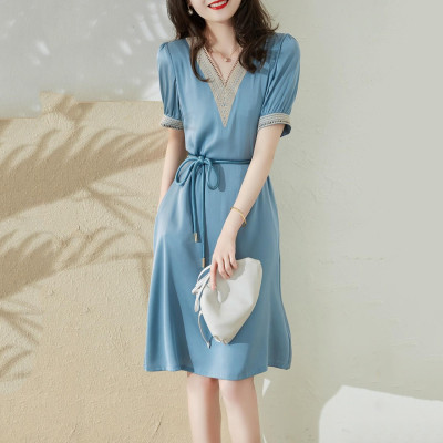 【日本直郵きすV領鏤空刺繡收腰連衣裙】 面料垂而軟,布面緊緻,手感細膩,上身效果,自然隨意富有低調感。