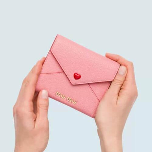 2020年春夏新作 miumiu 財布 コピー ミュウミュウ ラブレター 財布 ハートボタンがかわいい エンベロープ型財布 5MH014_2BC3_F0615☆