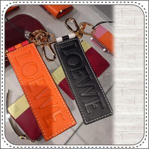 【LOEWE】ロエベ キーホルダー コピー バイカラーロゴ レザー モノトーン 111.28.100